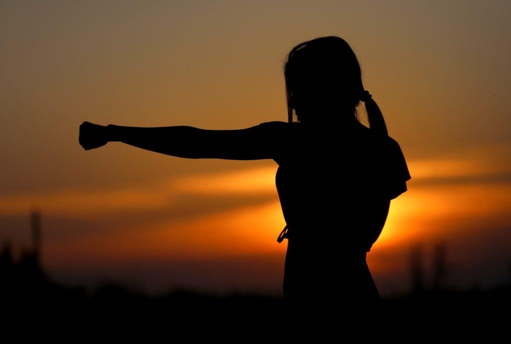 夕方ボクシング女性